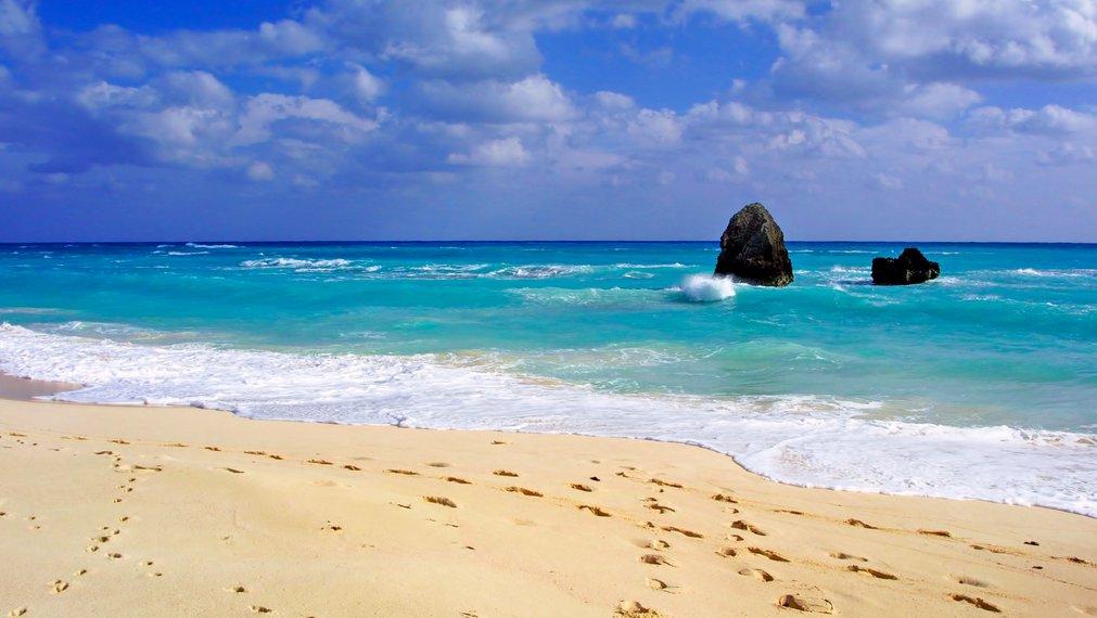 Las paradisiacas playas de las Bermudas, a menudo estás esperandonos solitarias.